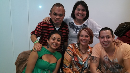Pali y Toto rodean a la presidenta de FeCOER, Federación Colombiana de Enfermedades Raras. Arriba, otros miembros de FeCoER.
